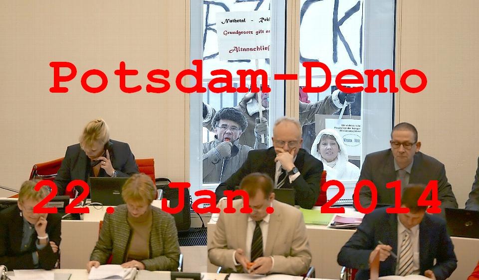 Kurz nach Beginn der ersten Plenarsitzung im neuen Landtag in Potsdam (Brandenburg) stehen Demonstranten vor einem Fenster des Plenarsaales. Thema der Aktuellen Stunde im Landesparlament ist die gesundheitliche Versorgung im Land Brandenburg. Foto: Ralf Hirschberger/dpa +++(c) ZB-FUNKREGIO OST - Honorarfrei nur f¸r Bezieher des ZB-Regiodienstes+++